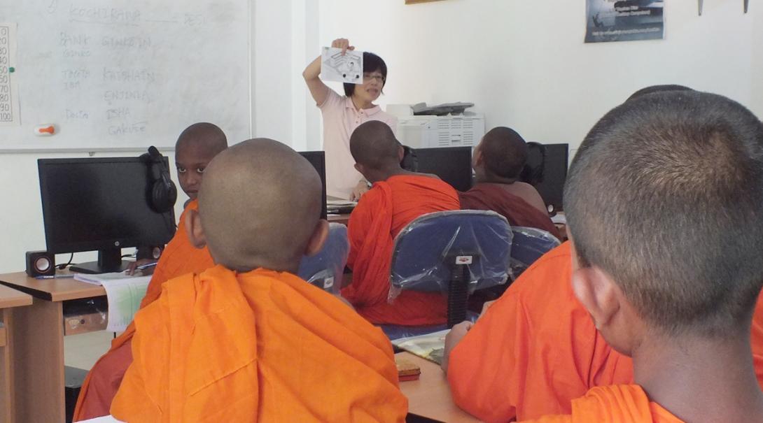 スリランカで寺院の修行僧の子供たちに日本語を教える教育ボランティア